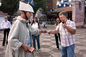 Commercius Datorius passar på att ge Miljöpartiets Peter Eriksson sitt visitkort under ett valtal 2006.