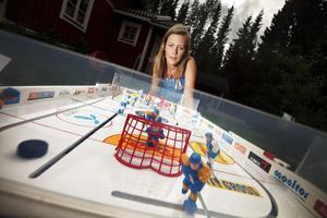 Varje match varar i fem minuter. Caroline Eriksson demonstrerar hur några av spelkombinationerna i bordshockey ser ut.