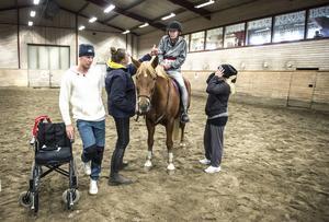 Det gäller att hitta balansen på hästryggen, Tina använder tummen upp för att fråga om allt är bra.