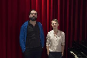 Solisten Shadi Ali och regissören Malin Stenberg inför föreställningen