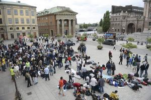 Riksdagsledamöter i Gävleborg, ta initiativet att åter bli medmänskliga. Människorna som i sin förtvivlan demonstrerar utanför Riksdagshuset (bilden) vädjar om det! skriver Margareta Sidenvall.