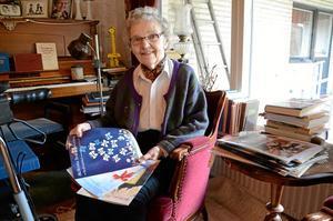 Kommunikation. I 15 år har Berit Forsberg varit ordförande i Sköllersta hembygdsförening. Engagemanget har varit stort och det har funnits många idéer om aktiviteter och arrangemang. Något som varit kul men tidskrävande är programbladen som ges ut till medlemmarna.  Foto: Veronica Svensson