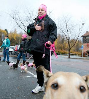 Haft cancer. Mirjam Broström är en av många kvinnor som haft bröstcancer. Hon gick promenaden med sin korthåriga collie Maya (i förgrunden).