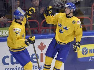 Sveriges Christoffer Ehn (höger) grattas av Jens Lööke efter 3-0 under lördagens kvartsfinal i junior-VM i ishockey mellan Sverige och Slovakien i Helsingfors ishall