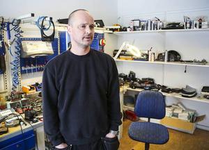 Stefan Wilhelmsson, ägare till Wedins instrumentverkstad, är osäker på om han ska flytta till den nya lokal som fastighetsägaren erbjuder, eller hitta något på egen hand.