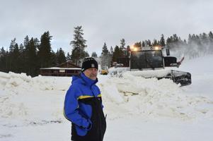 Idre Fjälls driftschef Kjell Skogkund och hans personal har nu tuffa dagar med att hinna pista backar och spår till fredagens öppnande av vinterns alpina skidåkning på Idre Fjäll.