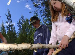 Bygga vindskydd. Janina Värme och Isak Östensson hjälps åt att sätta upp vindskyddet.