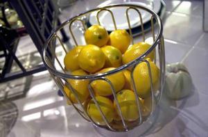 Ett berg med citroner i en skål på matbordet ger ett något onaturligt intryck - satsa på blandad frukt istället. Foto: Mark Earthy/Scanpix