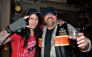 Så här såg det ut senast bandet var i stan, i ett MC-garage i Mjälga med en glad privatspelning-vinnare.