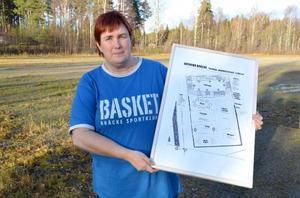 Monica Sandström, ordförande i Bräcke SK basket, gläds åt att