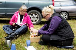 Elisabet Appelgren och Annika Ranström har redan börjat artbestämma sin skörd. De har bland annat sett den rödlistade dofttaggsvampen som man tidigare använde i linneskåpen.