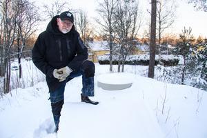 Kent Lindström, ordförande Bjurfors samfällighetsförening, vid byns vattenförsörjningsanläggning. Kommunen tänker bygga ut avlopp och även bygga ut vatten i samma veva. Vilket Bjuforsborna tycker är onödigt när vattenanläggningen funkar bra.