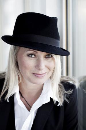 Louise Hoffsten berättar om sitt liv i ord och ton på Folkets hus i Gävle i kväll.