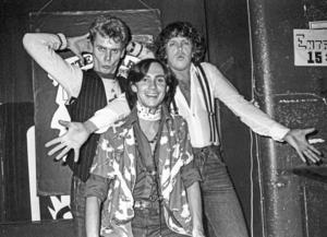 Dragshowartisterna från vänster Roger Jönsson som Maj Gadd, Christer Lindarw som Zsa Zsa Shakespeare och Lars Flinckman som Anna Lööthman uppträder på nattklubben After Dark på S:t Eriksgatan i Stockholm 17:e september 1976.