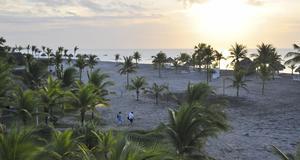 Två tidiga badare på väg till stranden i soluppgången vid Playa Blanca.