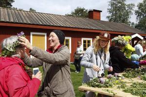 Utanför Hackåsgården på Jamtli kunde man binda sina egna kransar. Asta Jönsson får en av dottern Rita Eklund medan dotterdottern Camilla Svedberg Halvarsson till höger binder sin krans.