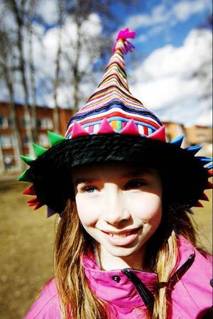 Marja Lindgren hoppas på hattparad eftersom hon köpt en färglada hatt i Thailand.