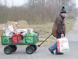 Sortering. Torgny Larsson har hämtat återvinningsmaterialet på servicehuset. Nu ska det sorteras.