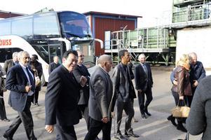 Ambassadörerna från ett 40-tal länder besöker Bergkvists såg i Insjön.