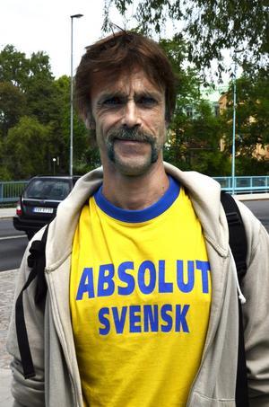 Ove Göthlin, 47 år, Örebro:– Tröjan är gjord som reklam för vodka i USA. Jag har fått den genom bekanta. Jag själv är absolut svensk och har tröjan så ofta jag kan.