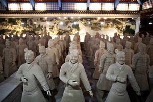 2008: Den 6 juli öppnar Dragon Gate efter ombyggnaden. Ett museum med 200 kopior av soldater från Terrakottaarmén är det stora dragplåstret. Restaurangen, konferensvåningen, hotellrummen och ett hälsocenter står klart, samt en arkad med 100 tavlor över Kinas historia. 15 000 besökare första sommaren.