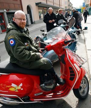 Alexander Vinberg hade åkt upp ändå från Göteborg för att delta i scooterträffen. Men i ärlighetens namn inte bara därför. Han fyller år snart och passar samtidigt på att hälsa på släkten i Gävle.