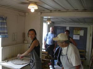 Så här kan det se ut i bagarstugan när Gerda lär ut konsten att kavla. Foto inskickat av Solveig Juhlén