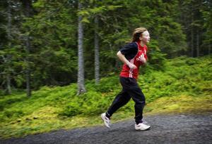 Emma Aldevärn ger järnet i spåret, om hennes klass springer flest varv per elev blir det tårtkalas.