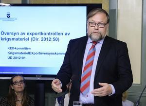 Försvarspolitiske talespersonen Mikael Jansson (SD) fick igenom sin linje med ett nej till Värdlandsavtalet. I bakgrunden Europaparlamentariker Bodil Ceballos (MP) då bilden är tagen vid en presentation från KEX-kommittén