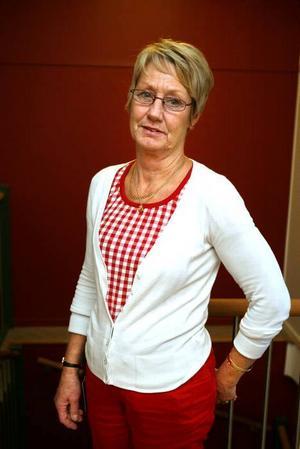 mer pengar. Anneli Cederroth, handläggare på kronofogden, tycker att det är bra om studenter får mer pengar att röra sig med.Foto: Pernilla Wahlman