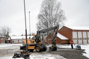 drabbad skola. Kommunen förbereder för paviljongen som ska ersätta den fuktskadade förskolan Stjärnan, som syns i bakgrunden. Östansjö skola har drabbats hårt av översvämning, brand och flera lokalproblem de senaste åren.