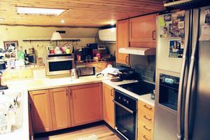 Köket är utrustat med spis, ugn, kyl och frys.
