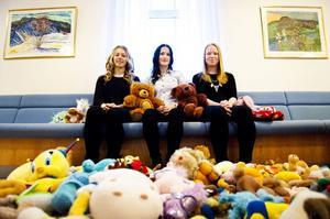 Matilda Viksten, Matilda Andersson och Elin Svensson har fått ihop över hundra gosedjur som flyktingbarn ska få till jul.