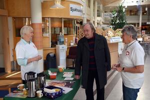 Kerstin Nyberg och Eivor Hannell stod på torsdagen i sjukhusentrén och informerade på donationsveckan, här med Åke Lagerborg.