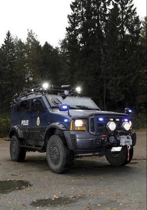 Mot bakgrund av morden i Malexander och kravallerna i Göteborg insåg Polisen att det inte fanns några säkra fordon att transportera personal i. Med Sandcat har de fått det.