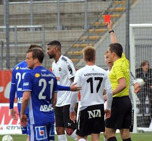 Här får Damien Plessis syna det röda kortet mot Sundsvall. ÖSK repade sig aldrig efter det utan förlorade med 2–0.