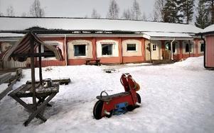 En vinkelbyggnad, mot det lilla förrådet till höger i bild, byggs permanent ihop med modulen vid Harnäs skola. FOTO: CHRISTER NYMAN