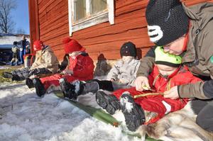 FULL KONCENTRATION.  Naturskolefröken Katarina Larsson visar Max Carlsson hur han ska tälja pinnen.