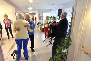 Det bjöds på Öppet hus på Solängsgården för att visa de lediga lägenheter med trygghetsboenden som finns att erbjuda. På bilden är det Harry och Inga Olsson som tar en svängom.