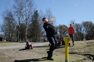Petri Kalliomäki kastar ut på första hålet på Åsbo discgolfbana i Falun. I discgolf kallas, i likhet med golf, banorna för hål även om det är korgar discen ska till sist hamna i.
