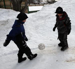 10:41 Ville Östberg, 6 år, och Gustav Fransen, 7 år, lekte utanför Färila sim och sporthall på förmiddagen. De spelade både fotboll och lekte i snön och när de har lov vill de vara med sina kompisar.
