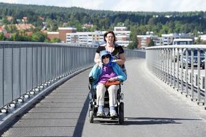 Anki Berglund körde rullstolen med 100-åriga Hildeborg Nilsson över bron.