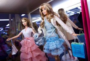 Ständigt trendig och ung och fräsch. Leksaksföretaget Mattel har i 50 lyckats hålla intresset högt för Barbiedockan.