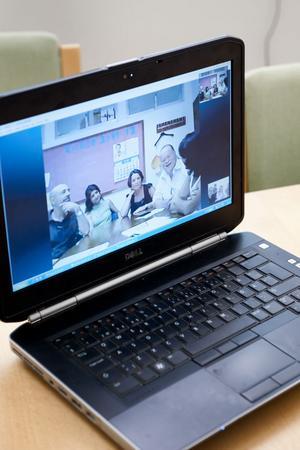 På datorskärmen syns de inbladade lärarna i Spanien.
