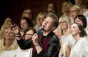 Samuel Ljungblahd bjöd på förstklassig glädjefylld gospel under fredagskvällen i Kulturens Hus i Söderhamn.