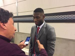 Timothy Fosu-Mensah stannar till vid Sporten och en engelsk journalist.