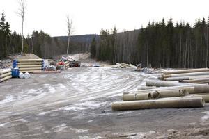 Vattenledningen som ska förse Spendrups med Östansbovatten skulle ha tagits i drift i början av 2014. På grund av att ledningen ännu inte kommit på plats så har kommunen ett viteskrav på NCC där summan i dagarna passerar 100 miljoner kronor.
