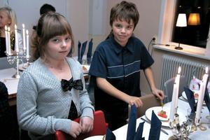 Varje flicka fick sin bordskavaljer och varje pojke sin bordsdam. Här är det Emma Hedström och Måns Kvick som tar plats vid det festdukade bordet.