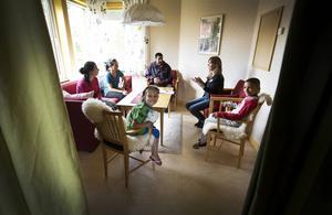 Ett sällskapsrum i anslutning till Ängsmokyrkan där familjen får vara på dagarna och där de kan laga lite mat och duscha.