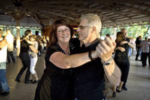 Anki Jonsson och Sven-Erik Hedqvist besöker dansbanan på Ön i Hedesunda för andra gången i sommar. Både dansbanans vackra omgivning och de spelande dansbanden lockade.